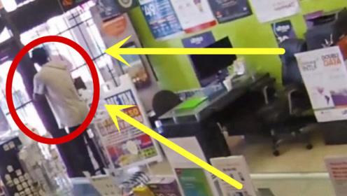 """小伙抢劫被女老板反锁,商店瞬间变""""牢房"""",急的犹如热锅上的蚂蚁!"""