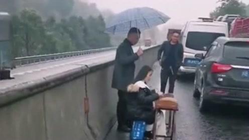 高速公路上堵车,小姐姐在车上实在是无聊,她就拿着古筝在路边弹起来了!