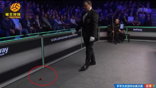 """丁俊晖超级发力,红球遭残暴轰击直接""""飞出球台"""",观众一阵颤栗:有危险!"""