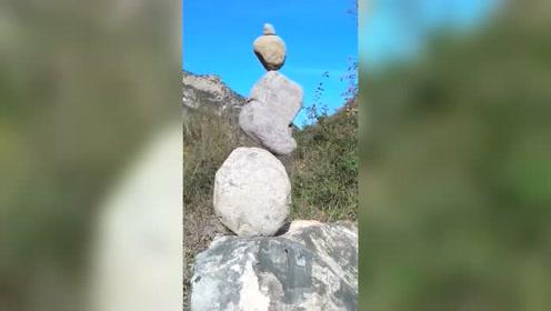 这石头都是圆的,却能垒在一起,这是怎么做到的?太神奇了