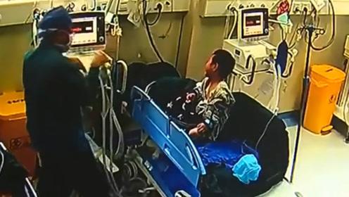 为安抚哭泣儿童患者,医生扮起美猴王耍猴拳