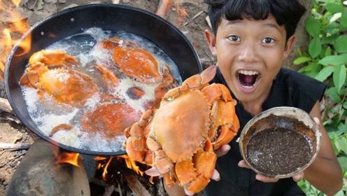10岁小男孩在野外发现一些螃蟹,往锅里一扔,蘸着酱直接开吃!
