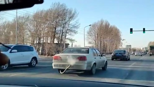 回家路上遇到的大众捷达,这排气管也太亮眼了,真会设计!