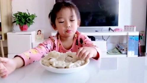 小糯米吃自己包的饺子,吃的太香了两口一个,妈妈在一旁看得着急