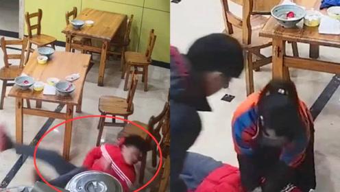 男子服务区内突然倒地抽搐 监拍:女店员现场跪地抢救男子