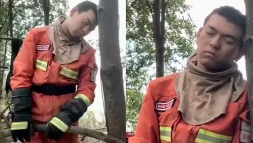 扑救山火4天3夜 消防员累到靠树站立睡着
