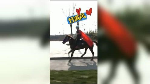 飒!潍坊寿光萌娃骑马回家!老爸开了个跑马场!
