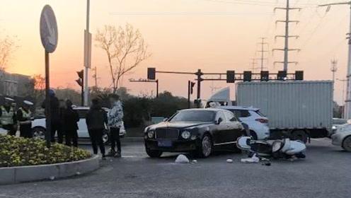 闯红灯酿大祸!男子骑电动车撞上宾利,车损20多万还要负全责