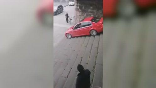 司机把车开下几十级石梯吓坏路人 背后原因令人无语