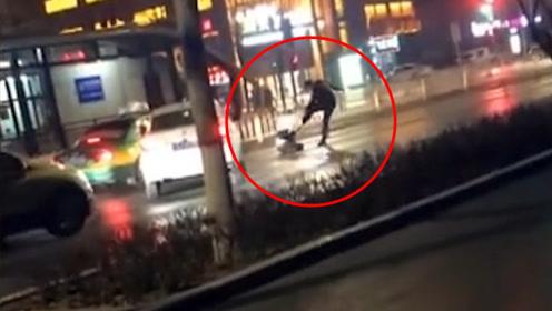 夜间街头实拍!男子开车冲撞妻子并下车疯狂拳打脚踢