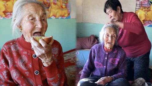 一家五代60口人,80岁女儿为102岁母亲梳头