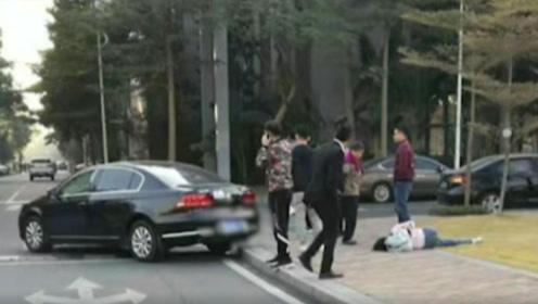 太惨烈!佛山两车相撞,一女子过马路当场被撞飞