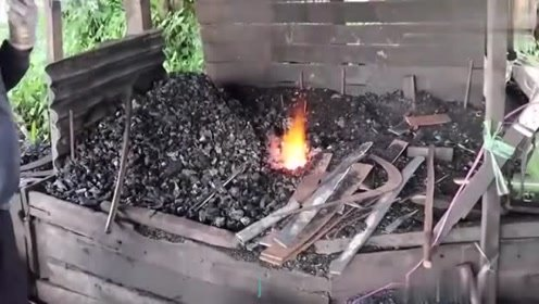 铁匠用轴承锻造半天,成品出来后,工人们都爱不释手!