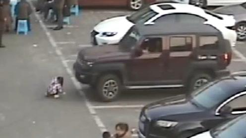 惊险!男子驾车起步时未注意观察 将小女孩撞倒卷入车底