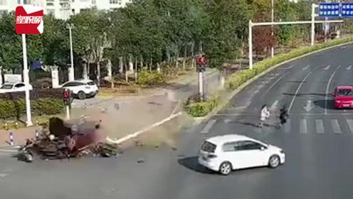 惊险!轿车突然失控冲向绿化带,两电动车等信号灯被撞飞致1死1伤