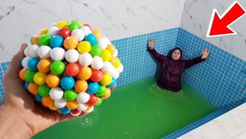 老头恶搞老伴,制作超大泡泡糖扔进泳池,老伴的举动让他措手不及