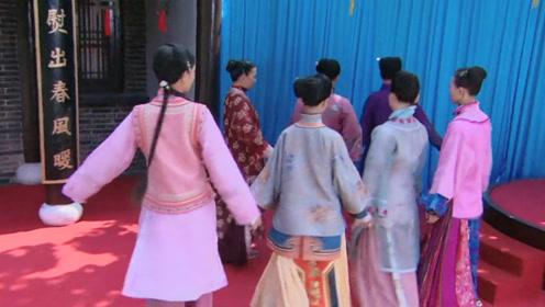 穿越女在古代举办时装秀,不料生意火爆,衣服立马被顾客抢购一空