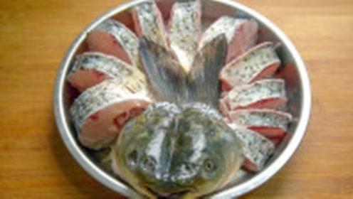 3斤鲤鱼往锅里一摆,不用油炸不用煎,鱼肉鲜嫩无腥味,真过瘾