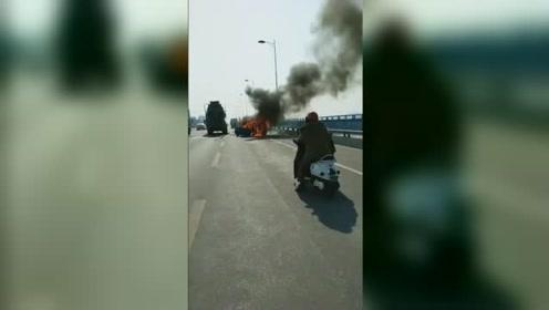 柳州双冲大桥小车与水泥罐车相撞起火 一对年轻男女相拥遇难