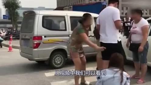 女司机和大妈的车轻微追尾!没想到女子男友和俩大妈直接打了起来
