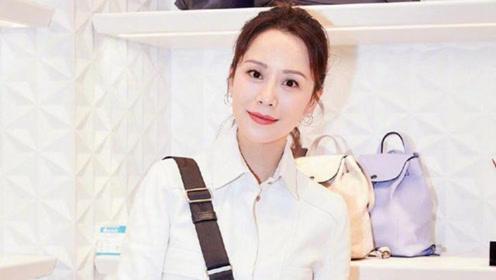 42岁海清穿白色皮裙扮嫩,丸子头清纯好少女,看到她的腿网友酸了
