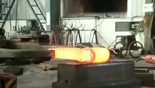 大锤带着千钧之力,将钢材千锤百炼,威力是真的猛!