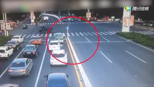 路虎过红灯瞬间大爆炸!可把北京现代车主吓得不轻