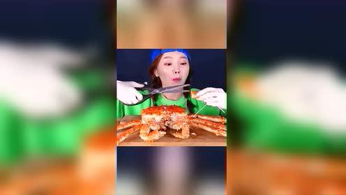 猎奇吃播:韩国姐姐,吃红色帝王蟹,这个蟹真是多汁肉厚