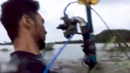 胆子真大!马来西亚两兄弟改装摩托车开进洪水 只剩脑袋在水面