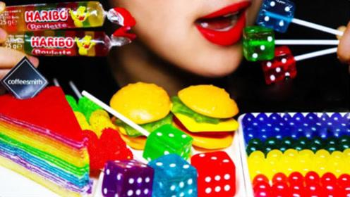 小姐姐吃炫彩的糖果,五颜六色非常漂亮,开眼界了