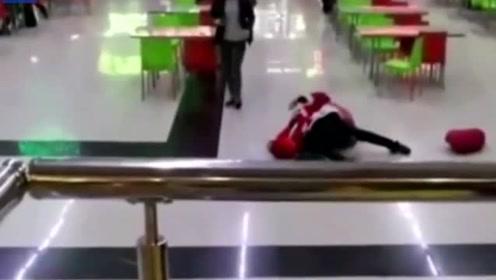 两圣诞老人为抢地盘大打出手,孩子们以为喝醉了