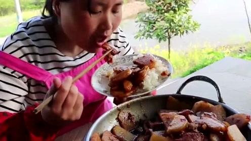 """胖妹乡下做""""香辣干锅""""下饭吃,2碗米饭吃不饱,胖妹真能吃"""