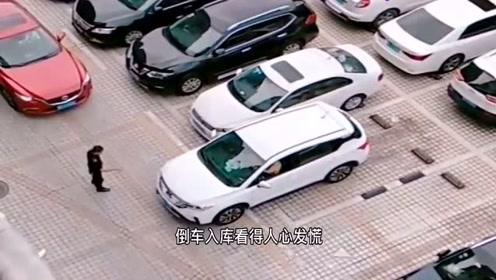 女司机倒车入库,旁边的大叔可没闲着,你们憋着别笑!