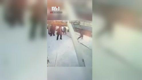 监拍公交车冲上人行道撞倒路灯杆 候车男子被砸身亡