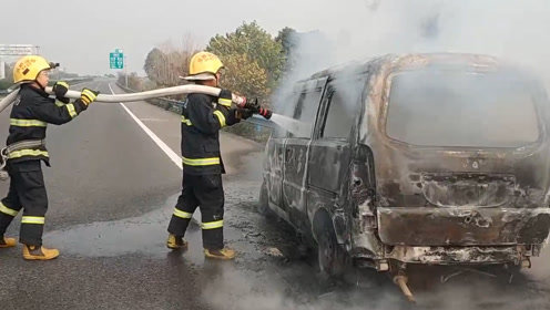 哭了!四川男子搬家途中突遇车自燃,一车家当全被烧成灰烬
