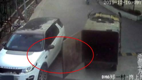 路虎当街遭三轮车后车门煽车头!监控拍下尴尬瞬间