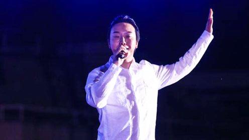 李玉刚在清华大学与毕业学子唱《刚好遇见你》一出场现场沸腾了
