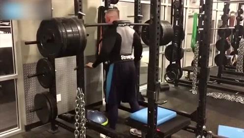 WWE选手健身房锻炼,一丝不苟的练习才能保障身体的强壮