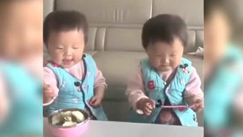 1岁双胞胎吃饭,妹妹一张嘴,姐姐就喂一口,小萌样把人笑翻了