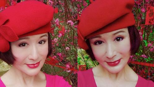 年过七旬的潘迎紫晒自拍,红红火火颜值与少女匹敌