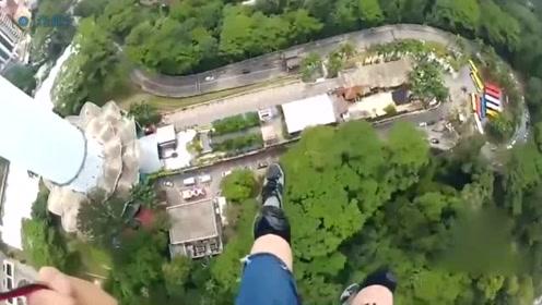 """美国男子""""心跳一跃"""" 从421米高塔纵身速降地面"""