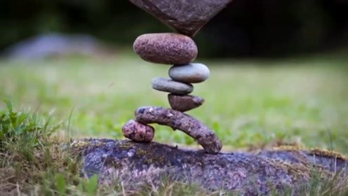 治愈!神奇男子堆酷炫石雕平衡力惊人