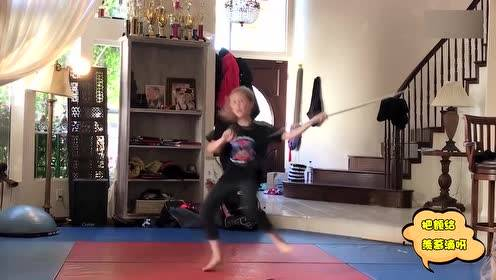 现在的小孩太厉害了 边跳芭蕾边耍功夫