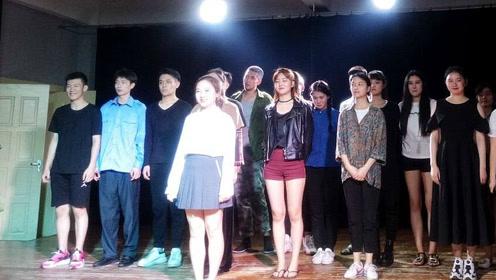 林妙可跟一众同学进行汇报演出,她俏皮可爱但身高弱势明显