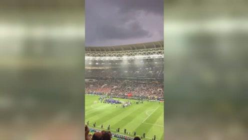 莫斯科的这场暴雨硬是等到比赛结束才下,在暴雨中进行的世界杯…