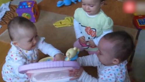 三胞胎宝宝为抢椅子,三足鼎立谁也不让谁,让家人看愣了!