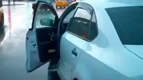 开法拉利也没用,最后还是上了出租车!