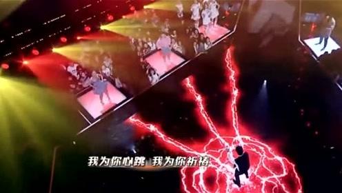 粉丝与林俊杰合唱《因你而在》,林俊杰一开口,现场气氛瞬间变了