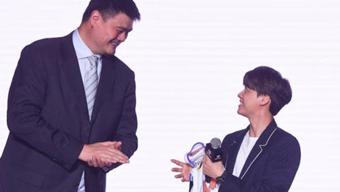 李易峰与姚明同框 1米8的李易峰瞬间变娇小可爱身高差好萌