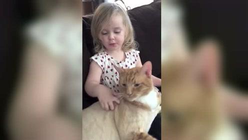 小宝宝在帮他的宠物猫咪挠痒痒